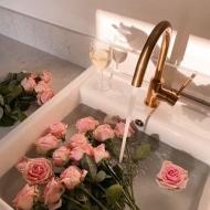 ¿Sᴀʙᴇs ᴄóᴍᴏ ᴘʀᴇsᴇʀᴠᴀᴍᴏs ɴᴜᴇsᴛʀᴀs ʀᴏsᴀs?El procedimiento que empleamos para preservar una rosa viva consiste en extraer de forma progresiva la savia natural de la flor para sustituirla por una solución a base de componentes como la glicerina, agua y estabilizantes.Gracias a este proceso conseguimos flores totalmente naturales y de una belleza imperecedera con un aspecto joven, fresco y duradero en el tiempo.Descubre nuestras colecciones en la shop 👆#rosestolove #rosaseternas #eternityroses #regalosoriginales #regalarosas #gift