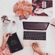 𝑃𝑜𝑛𝑒𝑟 𝑓𝑙𝑜𝑟𝑒𝑠 𝑒𝑛 𝑐𝑢𝑎𝑙𝑞𝑢𝑖𝑒𝑟 𝑒𝑠𝑝𝑎𝑐𝑖𝑜 𝑠𝑖𝑒𝑚𝑝𝑟𝑒 𝑒𝑠 𝑏𝑢𝑒𝑛𝑎 𝑖𝑑𝑒𝑎. 𝑌 𝑒𝑛 𝑢𝑛𝑎 𝑧𝑜𝑛𝑎 𝑑𝑒 𝑡𝑟𝑎𝑏𝑎𝑗𝑜, 𝑡𝑜𝑑𝑎𝑣í𝑎 𝑚á𝑠.Nos ayudan a dar un toque de color y transmitir buenas energías para hacernos sentir bien y que la creatividad fluya!𝐏𝐞𝐫𝐬𝐨𝐧𝐚𝐥𝐢𝐳𝐚 𝐧𝐮𝐞𝐬𝐭𝐫𝐚𝐬 𝐜𝐚𝐣𝐚𝐬 𝐝𝐞 𝐫𝐨𝐬𝐚𝐬 𝐩𝐚𝐫𝐚 𝐜𝐨𝐦𝐛𝐢𝐧𝐚𝐫𝐥𝐚𝐬 𝐝𝐞 𝐥𝐚 𝐦𝐞𝐣𝐨𝐫 𝐦𝐚𝐧𝐞𝐫𝐚 𝐜𝐨𝐧 𝐭𝐮 𝐫𝐢𝐧𝐜ó𝐧.#rosestolove #rosaseternas #eternityroses #regalosoriginales #regalarosas #gift #homedecor #officedecor